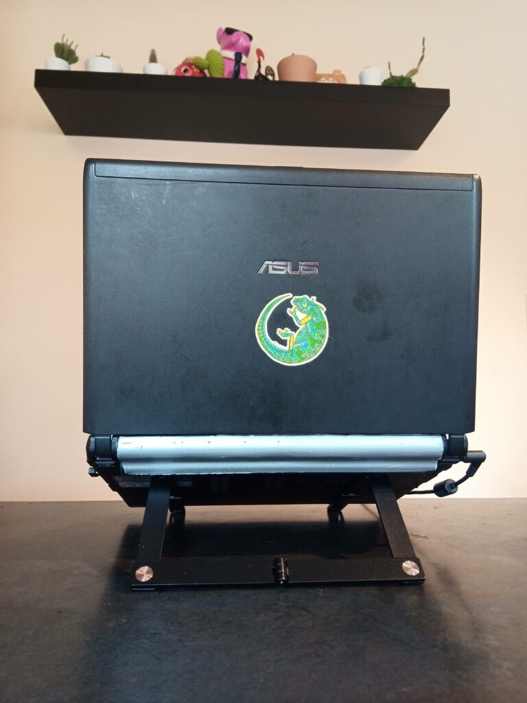 Rear view of Mantiz stand with a laptop mounted upon it.