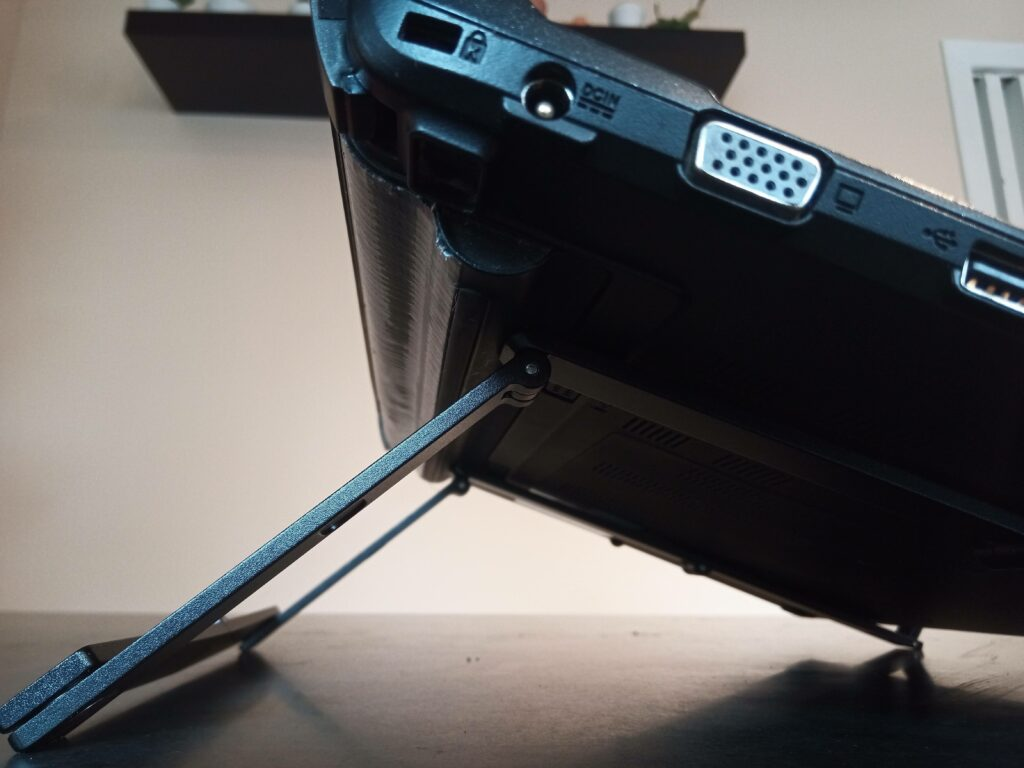 Zoomed side view of Mantiz stand with a laptop mounted upon it.